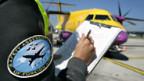 Kontrolle durch einen Inspektor des Bundesamtes für Zivilluftfahrt (BAZL).