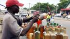 In Benin wird geschmuggeltes Benzin aus Nigeria verkauft.
