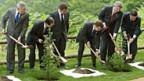 G8 beim Baumpflanzen.