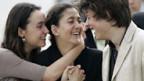 Ingrid Betancourt (m.) umarmt ihre Kinder Melanie (l.) und Lorenzo.