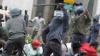 Mugabes Polizei-Schergen gehen gegen oppositionelle Demonstranten vor (25.7.08)