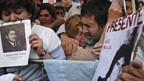 Angehörige von Opfern der Militärdiktatur vor dem Gerichtsgebäude.