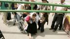 Eine behinderte Frau wartet darauf, die Grenze nach Israel zu überqueren.