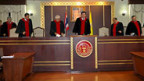 Thailands Verfassungsgericht zwingt Ministerpräsident Samak Sundaravej zum Rücktritt.