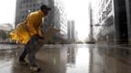 Ein Fussgänger kämpft in Houston gegen den Sturm.