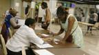Wählerinnen in North Carolina tragen sich ins Stimmregister ein.