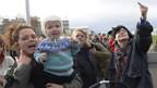 Aufgebrachte Bürgerinnen protestieren gegen Aufgebrachte Bürgerinnen protestieren in Reykjavik gegen Islands Finanzpolitik und fordern den Rücktritt des Zentralbankchefs.