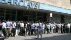 In Harare warten Menschen vor einer Bank auf neue Banknoten.