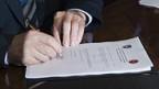 Die neue Verfassung wird unterzeichnet.