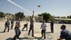 Gaza: Palästinensische  Sicherheitskräfte verteiben sich die Zeit mit Volleyball spielen.