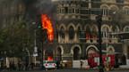 Nach der Erstürmung steht ein Teil des Hotels Taj Mahal in Flammen.
