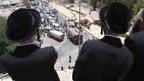 Orthodoxe Juden beobachten die Unfallstelle in Jerusalem.