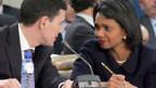 Der britische Aussenminister Miliband u. die US-Aussenministerin Rice beraten sich während der Nato-Konferenz.