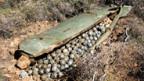 Die kleinen Bomben einer Streubombe detonieren nach dem Aufschlag nicht alle.
