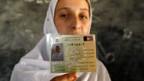 Afghanin mit neuem Wählerausweis.