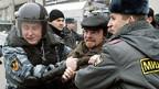 Die Polizei verhaftet Deomstranten.