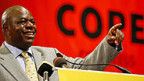 COPE-Chef Mbhazima Shilowa spricht auf dem Parteitag.