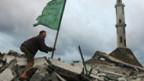 Ein Palästinenser hisst die islamische Flagge nach einem Luftangriff Israels auf Gaza-City.