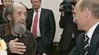 Alexander Solschenizyn erhielt 2007 von Präsident Putin eine Ehrung.