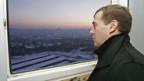 Dmitri Medwedew inspiziert eine neue Wohnung.