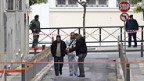 Fahnder untersuchen den Tatort vor dem Kulturministerium in Athen, wo zwei Männer auf eine Gruppe von Polizisten schossen.