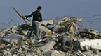 Palästinenser suchen in den Trümmern nach Vermissten, Esswaren oder Kleidern.