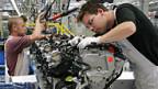 Arbeiter im Motorenwerk der Volkswagen Sachsen GmbH in Chemnitz.