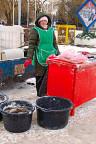 Eine Fischverkäuferin auf der Hauptplatz der weissrussischen Kreisstadt Maladetschna.