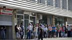 Warteschlange vor einem Arbeitsamt in Madrid