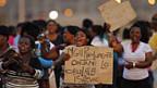 Frauen der streikenden Minenarbeiter protestieren gegen den brutalen Polizeieinsatz.