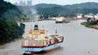 Ein Container-Frachter passiert den Panamakanal