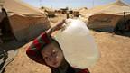 Ein Junge im Flüchtlingslager Zaatari bringt Wasser zum Zelt seiner Familie.