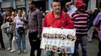 Ein Mann verkauft Bilder von Venezuelas Präsident Chavez