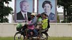 Bilder von Norodom Sihanouk und seiner Frau in einem Aussenquartier Phnom Pens, am 15. Oktober.