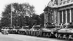 Vor dem Grand Palais in Paris, Frankreich, stehen während des algerischen Aufstandes Panzer als Schutzmassnahme gegen Attentate, aufgenommen am 24. April 1961.