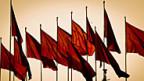 Rote Fahnen über dem Tienanmen-Platz in Peking.