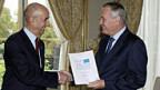 Ex-EADS-Chef Louis Gallois übergibt Premier Jean Marc Ayrault den Bericht, der Frankreichs Wirtschaft konkurrenzfähig machen soll.