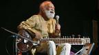 Ravi Shankar am 7. Februar 2012 bei einem Konzert in Bangalore, Indien.