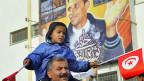 Demonstration gegen den Besuch des tunesischen Präsidenten Moncef Marzouki - vor einem Gedenkbild für Mohammed Bouazizi.