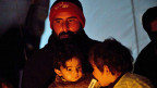 Ein syrischer Vater im Flüchtlingscamp Azaz in Syrien. Die Bevölkerung fürchtet, dass Assadin auch Chemiewaffen einsetzen könnte.