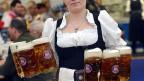 Oktoberfest in Zürich; deutsches Bier wird in der Schweiz gern genossen.