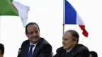 Der französische Präsident Hollande und der algerische Präsident Bouteflika fahren zusammen durch Algier.