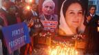Viele Menschen gedenken in Lahore Benazir Bhuttos, die 2007 ermordet wurde.