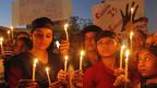 Kerzen in Ahmadabad am 24.12.2012 - zum Gedenken an die Vergewaltung der Studentin aus Dehli.