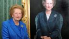 Margaret Thatcher, 2009 vor einem Bild des Malers Richard Stone.
