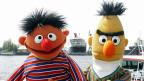 Ernie und Bert von der Sesamstrasse am Hamburger Hafen.