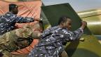 Zwei malische und ein französischer Soldat sind bereit, die Hauptstadt Bamako zu verteidigen.