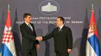 Der kroatische Premier Zoran Milanovic und sein serbischer Amtskollege Ivica Dacic nähern sich einander an.
