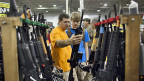 So leicht wie auf dieser «Gun Show» sollen US-BürgerInnen künftig nicht mehr zu Waffen kommen.