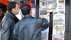 Algerische Männer informieren sich über das Kidnapping.